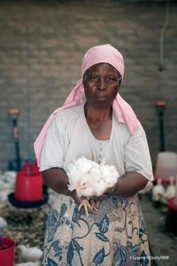 southafricanwomanwithchicken_byiwmi